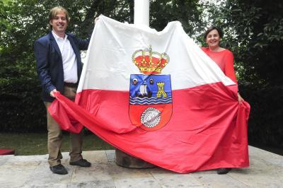 La presidenta del Parlamento de Cantabria, Dolores Gorostiaga, entregó este mediodía al alcalde de Reocín, Pablo Diestro, la bandera de Cantabria